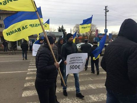 Митингующие заблокировали автодорогу уграницы Украины сПольшей