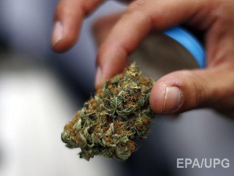 Полицейский пытался «толкнуть» полкилограмма марихуаны