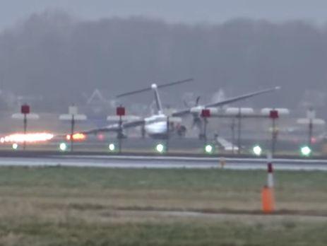 В аэропорту Амстердама у самолета при посадке сломалось шасси.