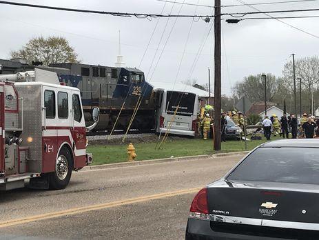 При столкновении поезда савтобусом вСША погибли минимум 4 человека