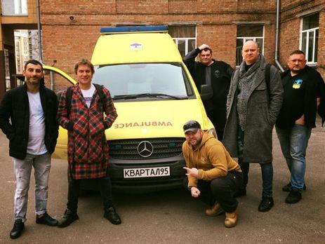 """Студия """"Квартал 95"""" передала воинам АТО флаг Украины со своими автографами и пожеланиями"""