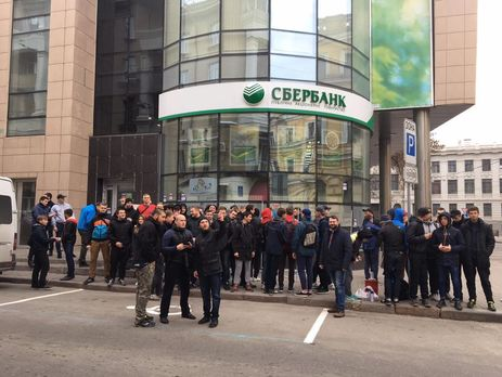 Украинские радикалы замуровали отделение Сбербанка вХарькове