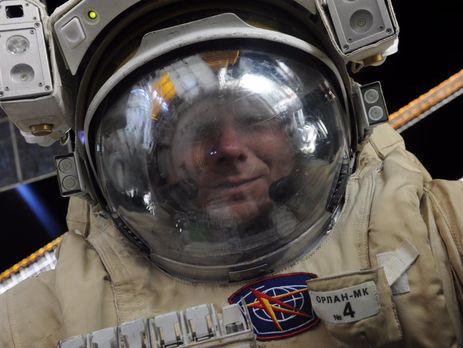Геннадий Падалка во время выхода в открытый космос