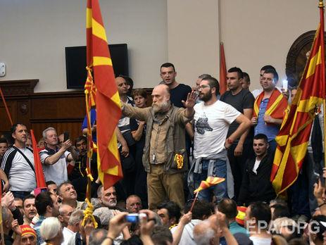 Протестующие вторглись впарламент иизбили лидера оппозиции— Беспорядки вМакедонии