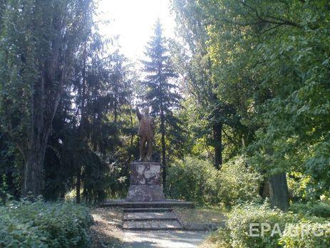 УКиєві повалили останній пам'ятник Леніну: опубліковано відео і подробиці