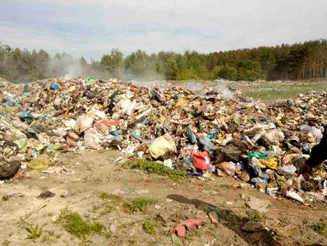 Під Києвом розлючені жителі села зупинили вантажівки, які спробували вивантажити «львівське сміття»