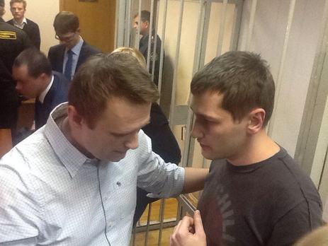 Олег Навальный вышел изодиночки после полутора лет заключения