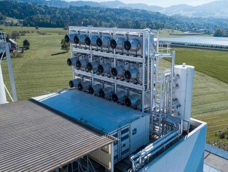 Гигантская машина улавливает CO2 из воздуха и отправляет его в теплицы для выращивания овощей