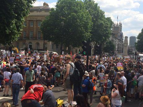 Протестующие считают что Мэй проявила трусость