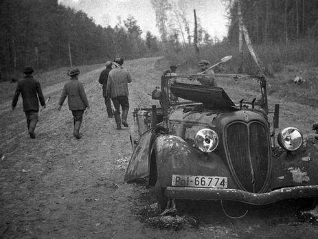 На снимке фотографа Вершигоры группа партизан Сумского партизанского соединения у подбитой немецкой полицейской машины. 1943 год