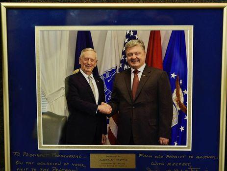 Міністр оборони США подарував Порошенку фото знаписом «Від патріота— патріоту»