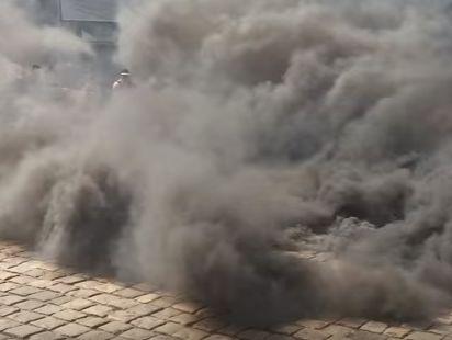 Митингующие зажгли дымовые шашки
