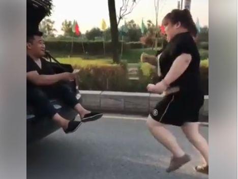 Много толстых баб схватили парня видео
