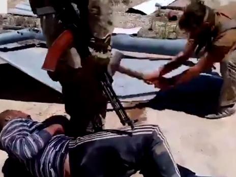 Умережі оприлюднили відео, якросійські військові знущаються над сирійцем (18+)