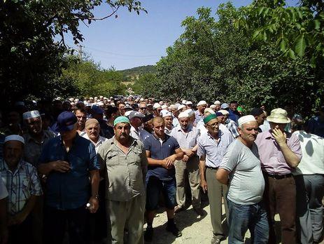 Тысячи крымских татар пришли на похороны матери Чийгоза