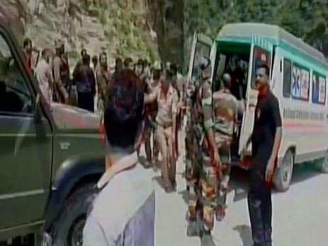 ВИндии автобус спаломниками рухнул вущелье: 11 человек погибли