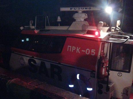 Операцию по эвакуации проводили с помощью небольшого спасательного катера