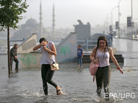 УСтамбулі жінки вийшли намарш проти обмежень вносінні одягу