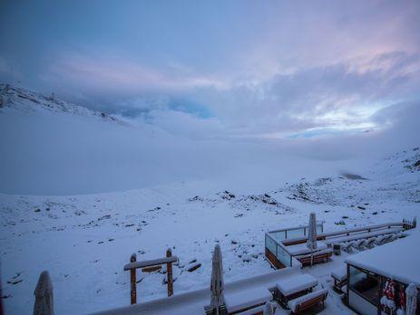 Летнее кафе в Церматте замело снегом