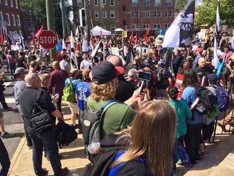 В американском Шарлотсвилле задержали водителя автомобиля, который въехал в толпу протестующих