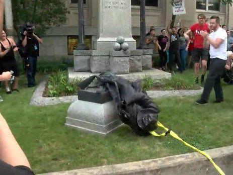 ВСеверной Каролине протестующие снесли монумент солдату Конфедерации