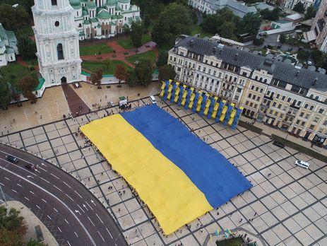 ВКиеве наСофийской площади развернули огромный флаг государства Украины
