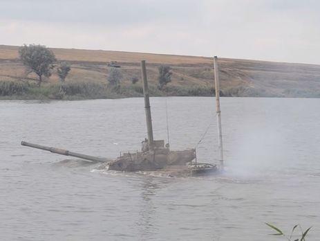 Украинские военные тренируются форсировать реку