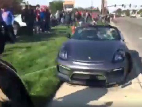 В США Porsche врезался в толпу людей, есть пострадавшие