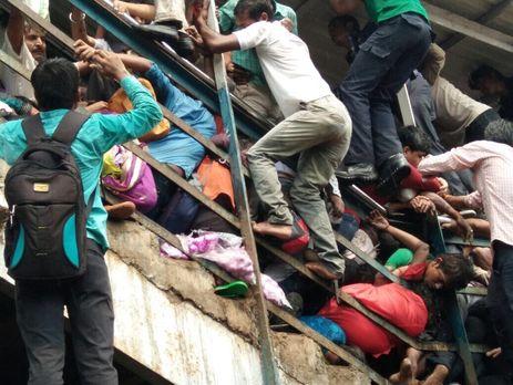Понад 20 людей стали жертвами тисняви назалізничній станції в Індії