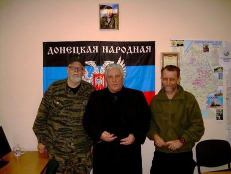 Романа Манекина (в центре) схватили боевики