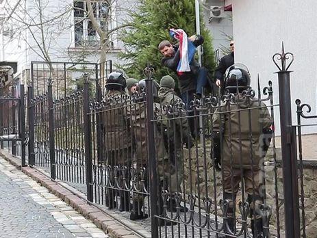 Четырех украинцев заочно арестовали занападения наконсульство Российской Федерации