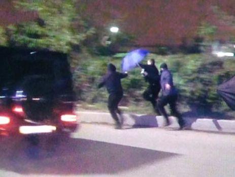 «Тітушки» Медведчука побили журналістів укиївському аеропорту