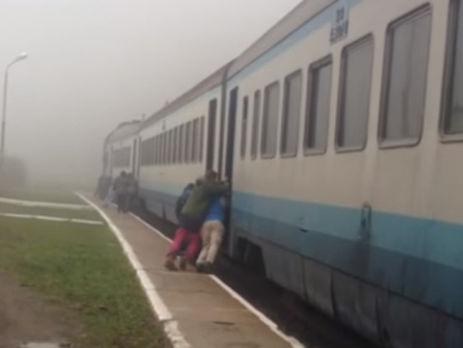 Пасажирам не вдалося зрушити поїзд