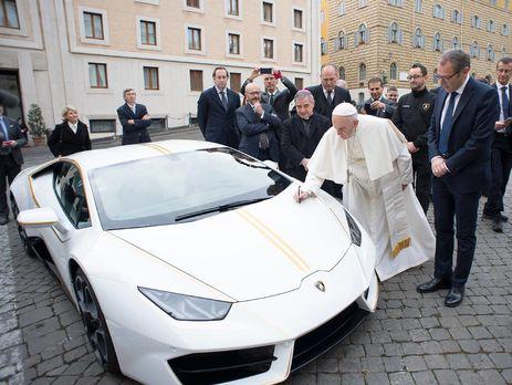 Папа римский расписался на автомобиле