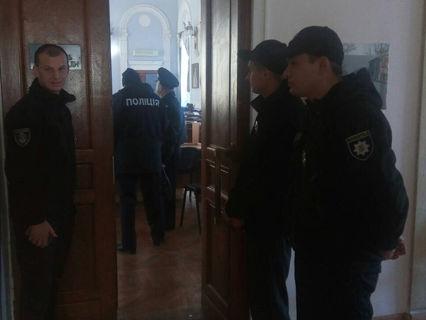 Столкновения вгорсовете Николаева: активисты зажгли дымовую шашку