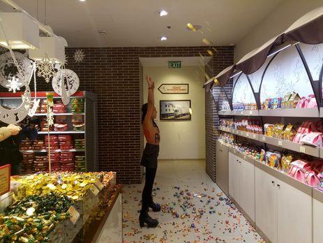 Активистка разбрасывала конфеты и торты