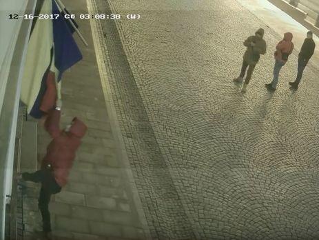 CРумынского культурного центра вЧерновцах сорвали флаги