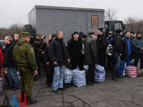 Заручниками наДонбасі залишаються щепонад 100 українців