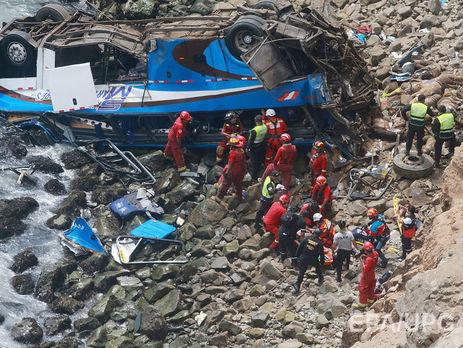 ВПеру пассажирский автобус сорвался впропасть, погибли как минимум 25 человек
