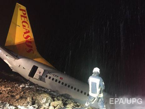 В аэропорту на севере Турции самолет выкатился за взлетно-посадочную полосу и чуть не упал в море