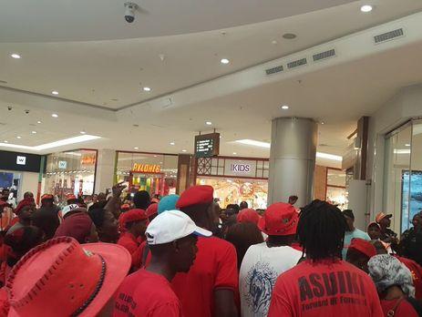 В Йоханнесбурге активисты устроили акции протеста в магазинах H&M из-за рекламы с темнокожим мальчиком