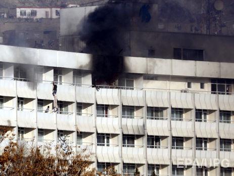 Люди спускались с балконов по простыням на нижние этажи отеля, чтобы спастись