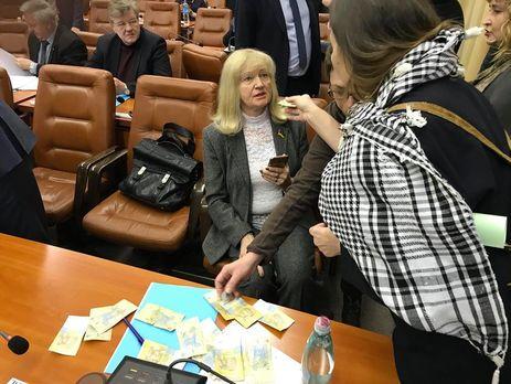 «Бідним допомагають»: депутата від Опоблоку закидали гривнями