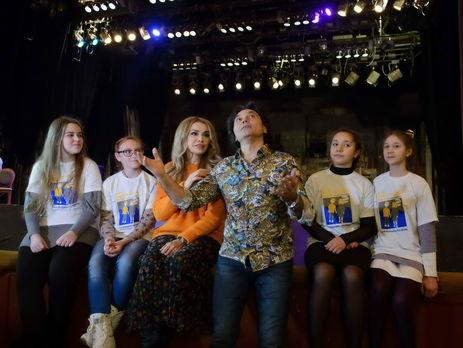 Ольга Сумская и Виталий Борисюк лично провели экскурсию по театру имени Ивана Франко для детей-переселенцев
