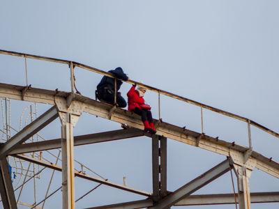 Поліцейські зняли самогубцю з пішохідного моста уДніпрі