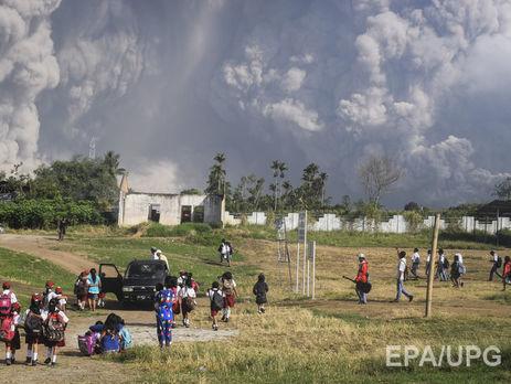 ВИндонезии вулкан Синабунг выбросил нереальный столб пепла навысоту 7 километров