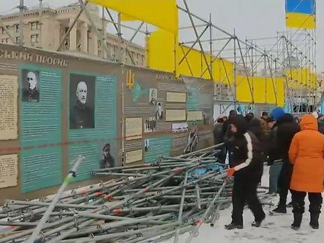 Участники протестов складывают металлические конструкции в одну кучу