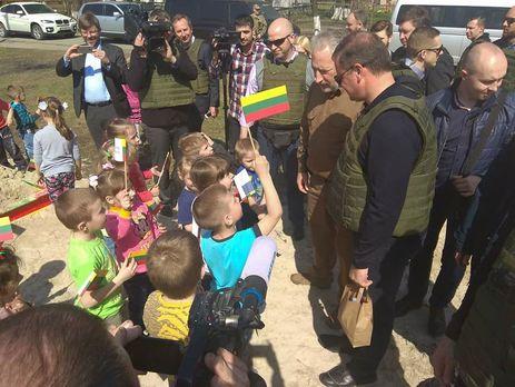 Члены делегации встречались в Авдеевке с волонтерами, военными, местными жителями и школьниками