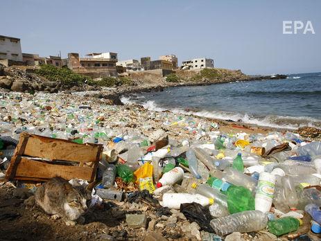 Учені випадково розробили фермент, який переробляє пластик