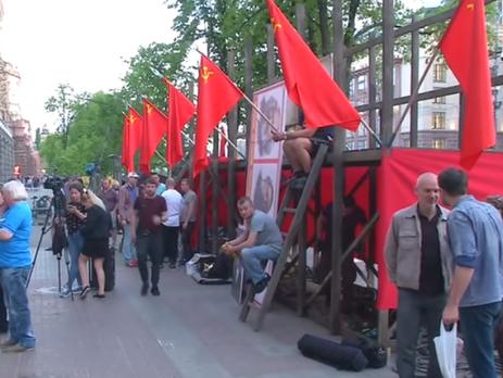 В центре Киева появились советские флаги